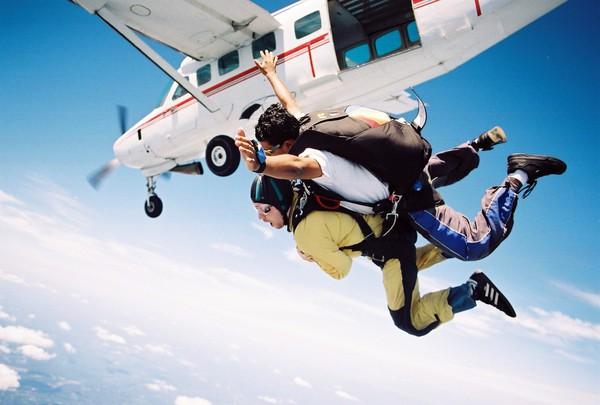 Bild på folk som hoppar fallskärm