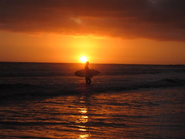 En bild på en surfare i solnedgången